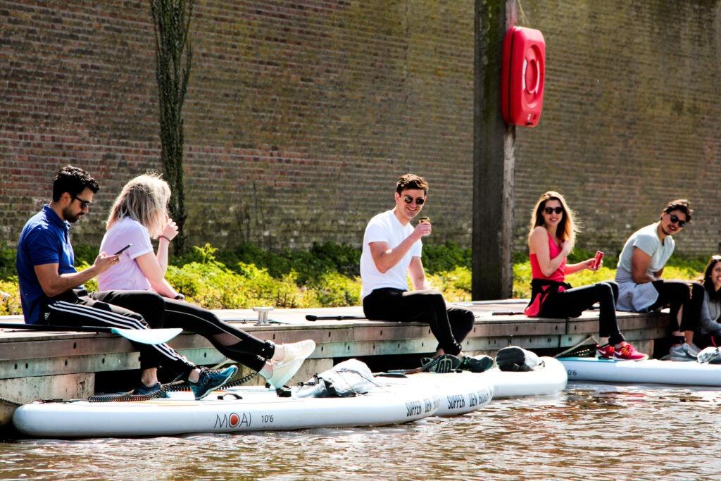 Vriendengroep stand up paddle op de steiger