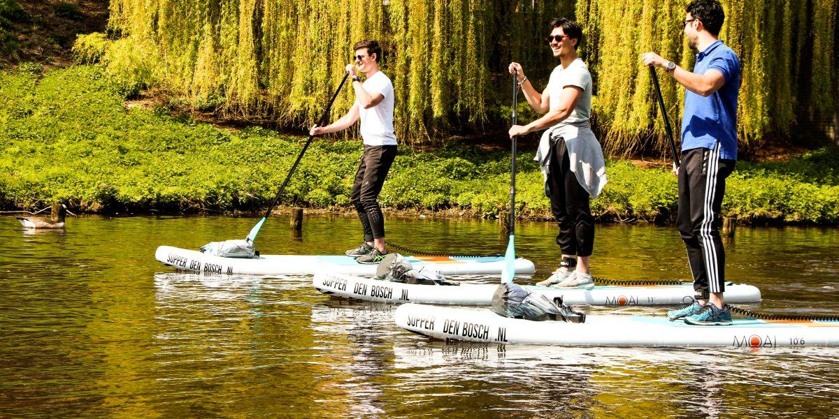 Vrienden op stand up paddle board in Den Bosch
